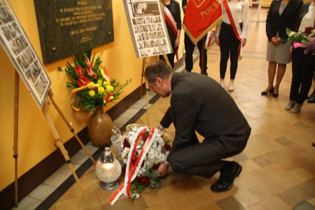 Dolnośląski Kurator Oświaty złożył kwiaty w 7. rocznicę katastrofy smoleńskiej