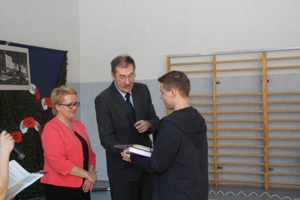 Uroczystość przyjęcia flagi w Szkole Podstawowej nr 73 im. gen. Władysława Andersa we Wrocławiu