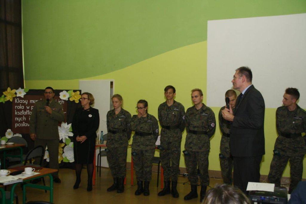 konferencja na temat Klasy mundurow