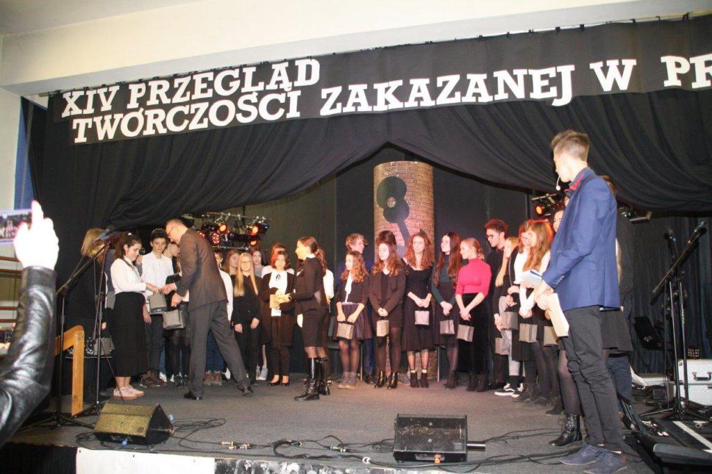 Występ najmłodszych uczniów Szkoły Podstawowej nr 6 oraz zespołu muzycznego Gimnazjum nr 2 otworzył przegląd