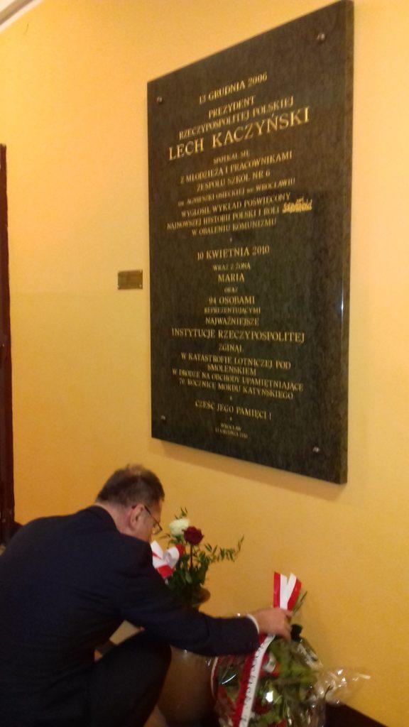 Dolnośląski Kurator Oświaty złożył kwiaty w 8. rocznicę katastrofy smoleńskiej